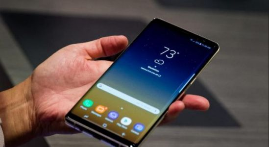 Samsung CEO spotted using a supposed Galaxy Note 9 in Public