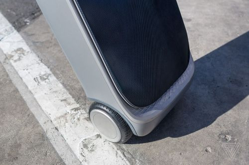 My heart aches for this Segway-inspired auto-following suitcase that won't stop falling over