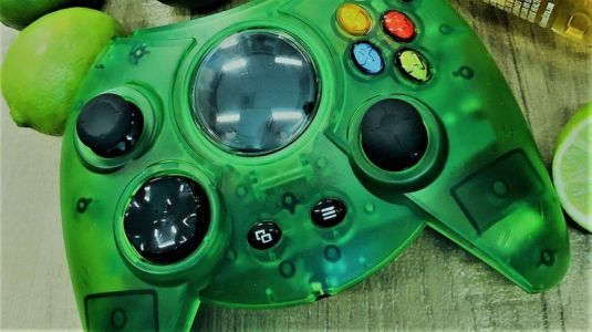 Green Xbox One 'Duke' controller up for preorder on Amazon