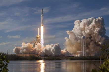 SpaceX wins confidence-boosting Falcon Heavy contract with U.S. Air Force